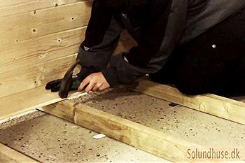 Montage af gulv på et redskabsskur fra Sølund Huse